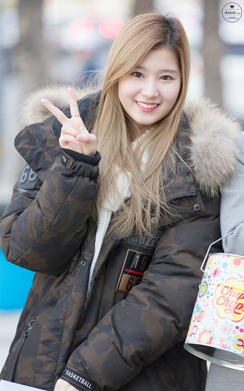 Loạt ảnh cho thấy Sana (TWICE) là idol có thời trang mùa đông chuẩn nhất Kpop - Ảnh 5