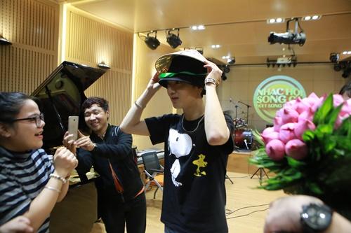 Yesung thích thú khi được tặng nón lá, hoa sen Việt Nam - Ảnh 4