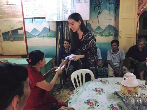 Sao Việt ngày 30 Tết: Hà Hồ, Diễm Hương vẫn tất bật đi từ thiện - Ảnh 2