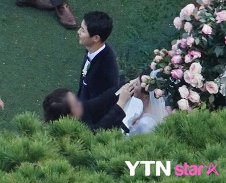 """Đám cưới Song Hye Kyo - Song Joong Ki: Cô dâu chú rể ngọt ngào """"khóa môi"""" - Ảnh 17"""