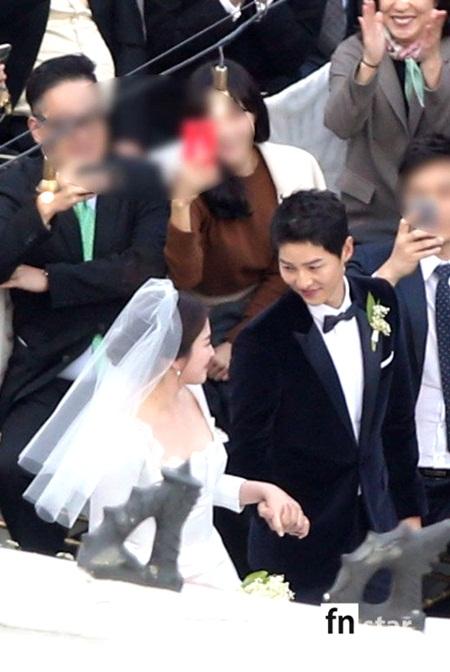 """Đám cưới Song Hye Kyo - Song Joong Ki: Cô dâu chú rể ngọt ngào """"khóa môi"""" - Ảnh 8"""