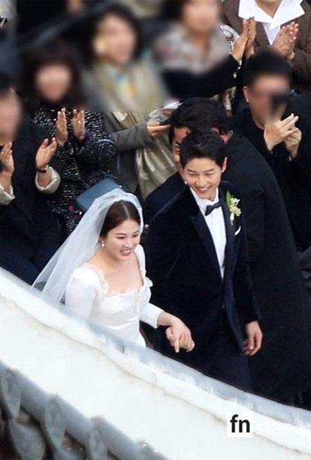 """Đám cưới Song Hye Kyo - Song Joong Ki: Cô dâu chú rể ngọt ngào """"khóa môi"""" - Ảnh 10"""