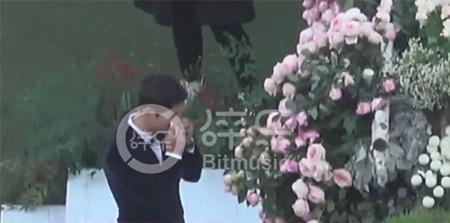 """Đám cưới Song Hye Kyo - Song Joong Ki: Cô dâu chú rể ngọt ngào """"khóa môi"""" - Ảnh 11"""
