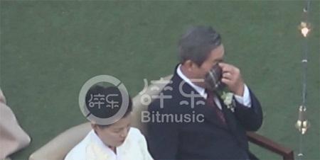 """Đám cưới Song Hye Kyo - Song Joong Ki: Cô dâu chú rể ngọt ngào """"khóa môi"""" - Ảnh 12"""