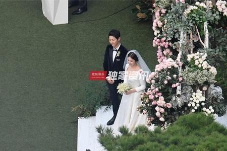"""Đám cưới Song Hye Kyo - Song Joong Ki: Cô dâu chú rể ngọt ngào """"khóa môi"""" - Ảnh 5"""