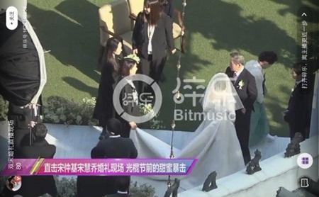 """Đám cưới Song Hye Kyo - Song Joong Ki: Cô dâu chú rể ngọt ngào """"khóa môi"""" - Ảnh 16"""