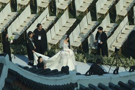 """Đám cưới Song Hye Kyo - Song Joong Ki: Cô dâu chú rể ngọt ngào """"khóa môi"""" - Ảnh 13"""
