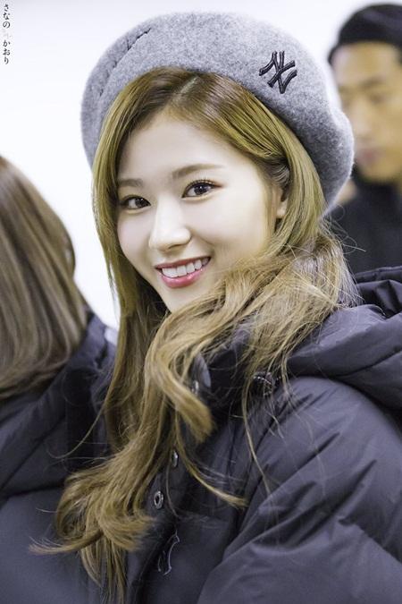 """Sana (TWICE) đẹp đến """"nín thở"""" dù khoác áo phao to sụ - Ảnh 2"""
