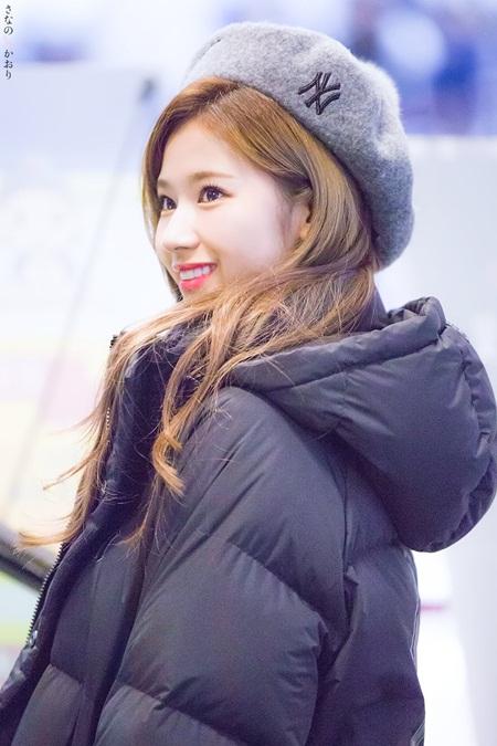 """Sana (TWICE) đẹp đến """"nín thở"""" dù khoác áo phao to sụ - Ảnh 4"""