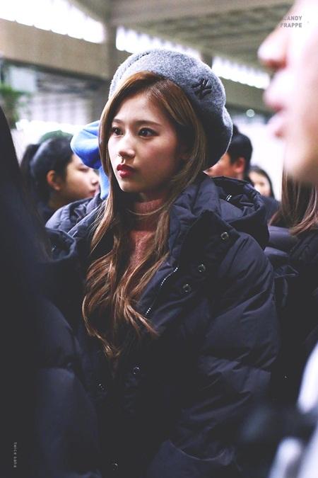 """Sana (TWICE) đẹp đến """"nín thở"""" dù khoác áo phao to sụ - Ảnh 10"""