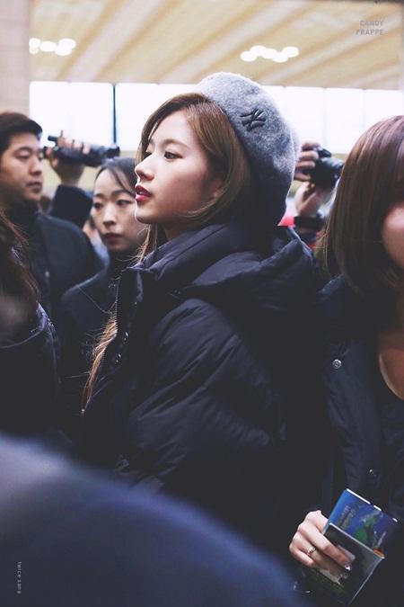 """Sana (TWICE) đẹp đến """"nín thở"""" dù khoác áo phao to sụ - Ảnh 11"""