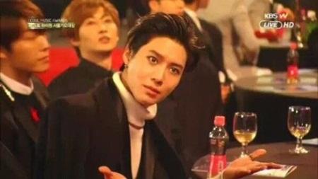 Những thói quen đáng yêu của idol Kpop với chính gương mặt mình - Ảnh 23