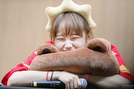 Những thói quen đáng yêu của idol Kpop với chính gương mặt mình - Ảnh 3