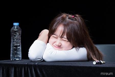 Những thói quen đáng yêu của idol Kpop với chính gương mặt mình - Ảnh 4