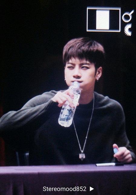 Những thói quen đáng yêu của idol Kpop với chính gương mặt mình - Ảnh 5