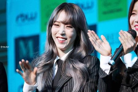 Những thói quen đáng yêu của idol Kpop với chính gương mặt mình - Ảnh 7