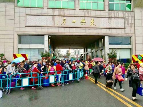 Khách du lịch Trung Quốc tăng cao ở cửa khẩu Móng Cái - Ảnh 1