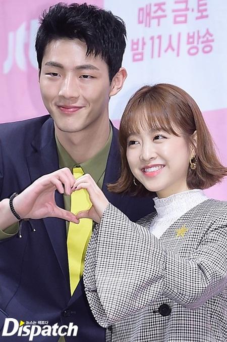 Xao xuyến vì khác biệt đáng yêu giữa bàn tay nam và nữ idol Kpop - Ảnh 1