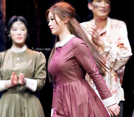 """Kim Yoo Jung xinh đẹp """"nghẹt thở"""" khi diễn kịch ở trường - Ảnh 3"""