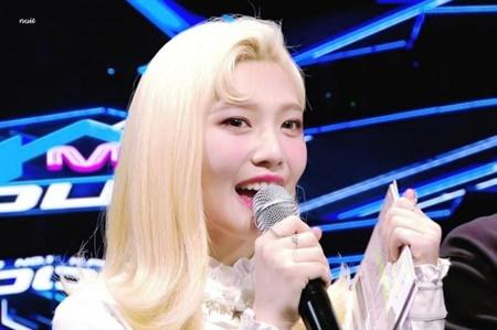 """Đâu chỉ nam idol, những cô nàng này cũng vô cùng ngầu với """"tóc dấu phẩy"""" - Ảnh 2"""