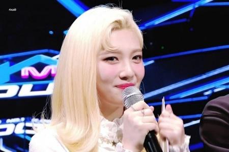 """Đâu chỉ nam idol, những cô nàng này cũng vô cùng ngầu với """"tóc dấu phẩy"""" - Ảnh 3"""