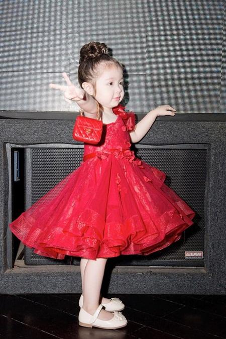 Con gái Elly Trần xinh như thiên thần khi diện đầm công chúa - Ảnh 1