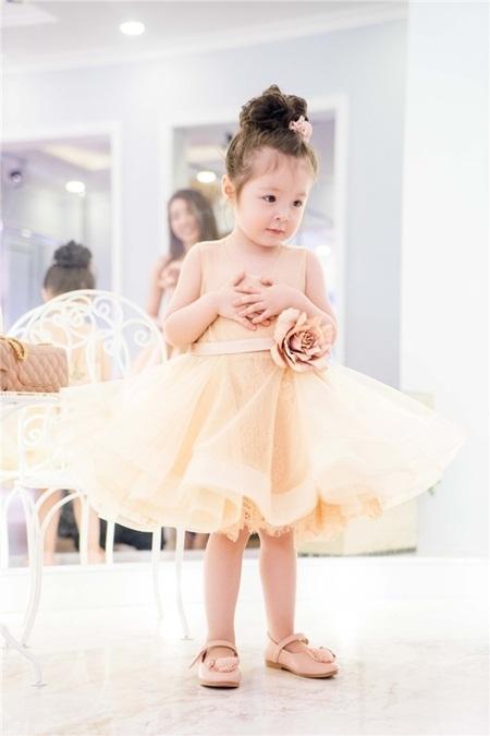 Con gái Elly Trần xinh như thiên thần khi diện đầm công chúa - Ảnh 9