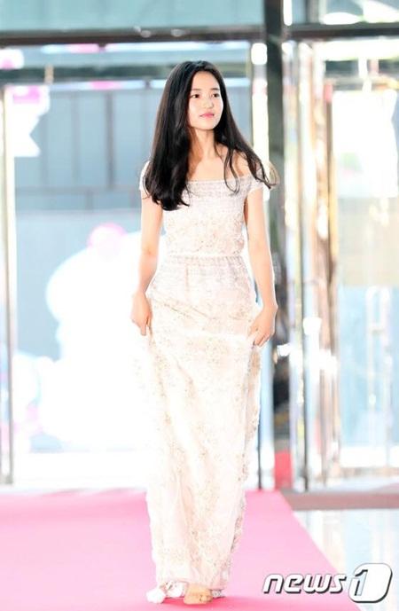 Yoona rực rỡ tỏa sáng, Suzy tóc ngắn vẫn cực kỳ gợi cảm trên thảm đỏ - Ảnh 12