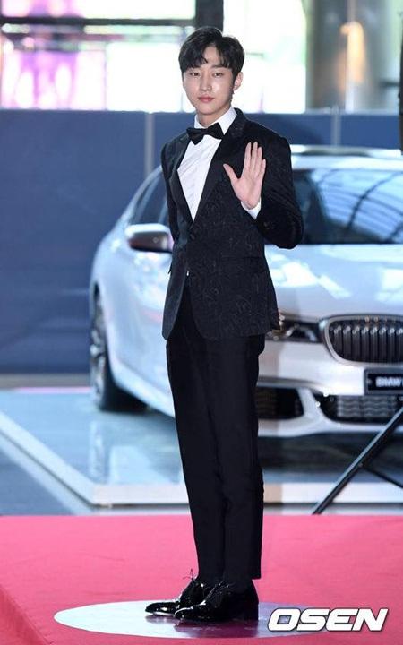 Yoona rực rỡ tỏa sáng, Suzy tóc ngắn vẫn cực kỳ gợi cảm trên thảm đỏ - Ảnh 21