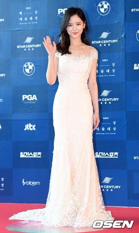 Yoona rực rỡ tỏa sáng, Suzy tóc ngắn vẫn cực kỳ gợi cảm trên thảm đỏ - Ảnh 9