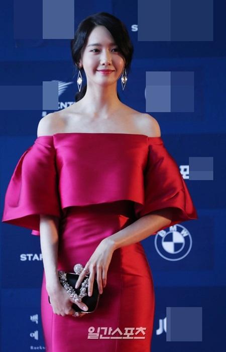 Yoona rực rỡ tỏa sáng, Suzy tóc ngắn vẫn cực kỳ gợi cảm trên thảm đỏ - Ảnh 4