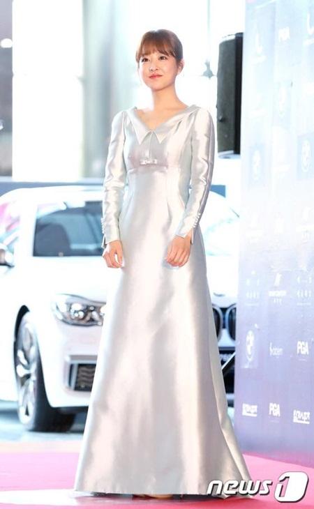 Yoona rực rỡ tỏa sáng, Suzy tóc ngắn vẫn cực kỳ gợi cảm trên thảm đỏ - Ảnh 10