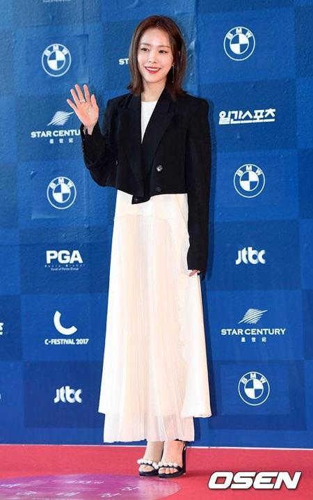 Yoona rực rỡ tỏa sáng, Suzy tóc ngắn vẫn cực kỳ gợi cảm trên thảm đỏ - Ảnh 16