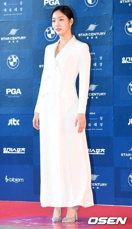 Yoona rực rỡ tỏa sáng, Suzy tóc ngắn vẫn cực kỳ gợi cảm trên thảm đỏ - Ảnh 13