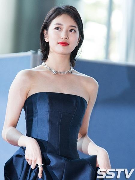 Yoona rực rỡ tỏa sáng, Suzy tóc ngắn vẫn cực kỳ gợi cảm trên thảm đỏ - Ảnh 1