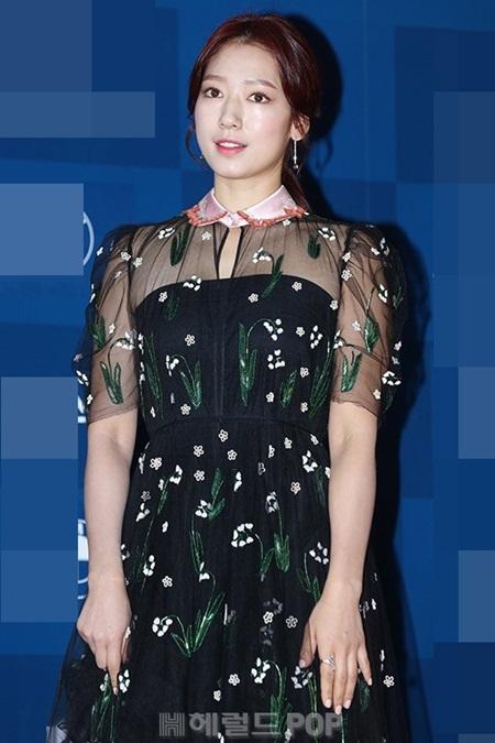 Yoona rực rỡ tỏa sáng, Suzy tóc ngắn vẫn cực kỳ gợi cảm trên thảm đỏ - Ảnh 5