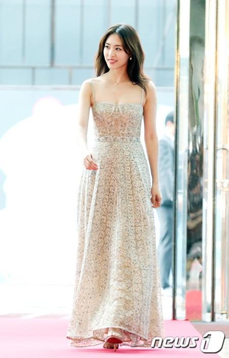 Yoona rực rỡ tỏa sáng, Suzy tóc ngắn vẫn cực kỳ gợi cảm trên thảm đỏ - Ảnh 6