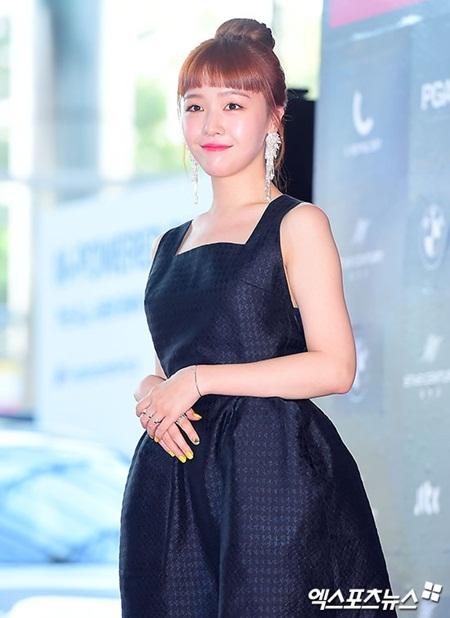 Yoona rực rỡ tỏa sáng, Suzy tóc ngắn vẫn cực kỳ gợi cảm trên thảm đỏ - Ảnh 17
