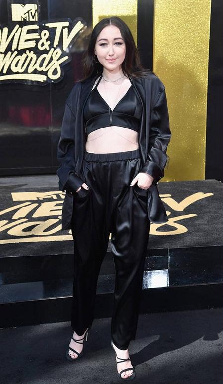 Cara Delevingne tự tin với đầu trọc, Emma Watson tỏa sáng trên thảm đỏ MTV Movie & TV Awards 2017 - Ảnh 9