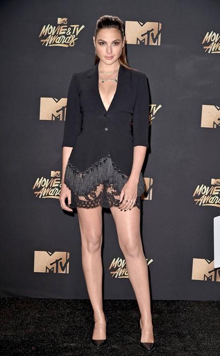 Cara Delevingne tự tin với đầu trọc, Emma Watson tỏa sáng trên thảm đỏ MTV Movie & TV Awards 2017 - Ảnh 4