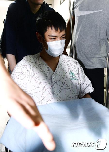T.O.P tiều tụy ngồi xe lăn rời bệnh viện, luôn miệng nói xin lỗi - Ảnh 3