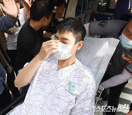 T.O.P tiều tụy ngồi xe lăn rời bệnh viện, luôn miệng nói xin lỗi - Ảnh 5