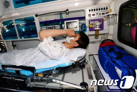 T.O.P tiều tụy ngồi xe lăn rời bệnh viện, luôn miệng nói xin lỗi - Ảnh 6
