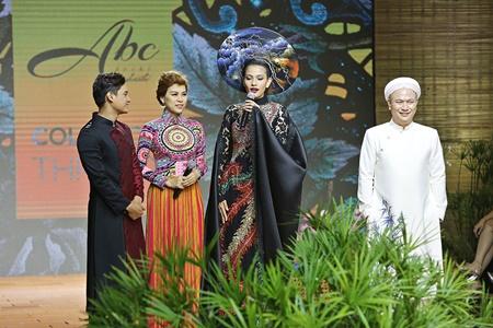 Áo dài của Á hậu Trương Thị May được đấu giá 120 triệu đồng - Ảnh 3