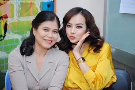 Hoa hậu Kiều Ngân lần đầu khoe mẹ trên sóng truyền hình - Ảnh 1