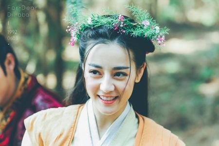 """Địch Lệ Nhiệt Ba: """"Hoa tuyết Tân Cương"""" xinh đẹp đầy triển vọng của màn ảnh Hoa ngữ - Ảnh 23"""