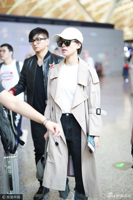 Lưu Thi Thi tóc ngắn lạ lẫm, được Ngô Kỳ Long hộ tống đi dự Milan Fashion Week - Ảnh 1