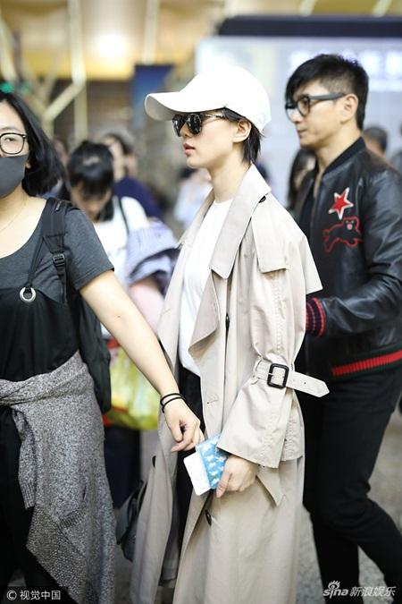 Lưu Thi Thi tóc ngắn lạ lẫm, được Ngô Kỳ Long hộ tống đi dự Milan Fashion Week - Ảnh 4