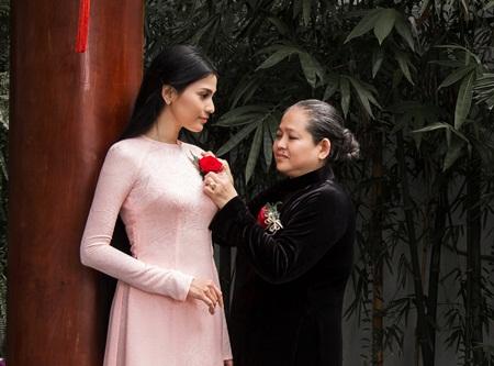 Á hậu Trương Thị May cài hoa hồng cho mẹ nhân ngày Vu Lan báo hiếu - Ảnh 2
