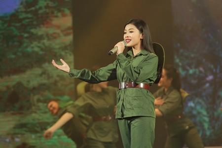 Sao mai Thu Hằng tự hào mặc quân phục hát về đất nước - Ảnh 2